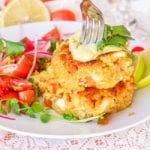 Make vegan crab cakes with avocado, quinoa and hearts of palm. Served topped with an avocado crema. A perfect healthy vegan appetizer. | avocadopesto.com