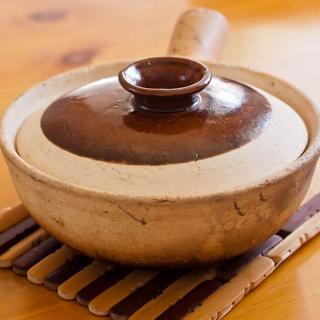 ceramic cooking bowl with a lid