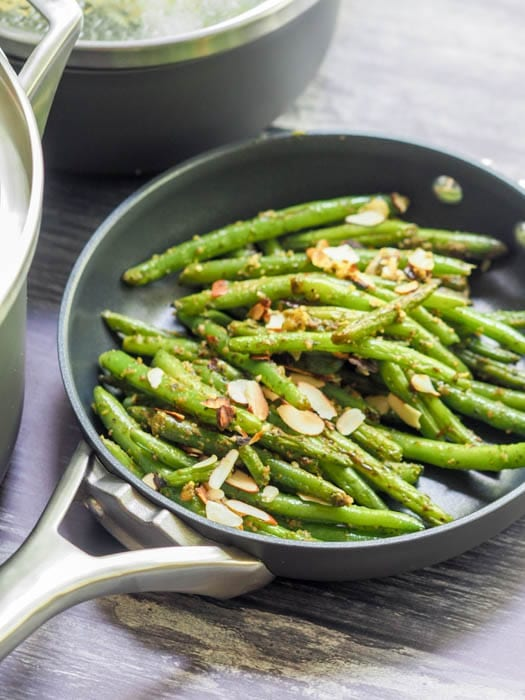 grean beans with almonds in the pan