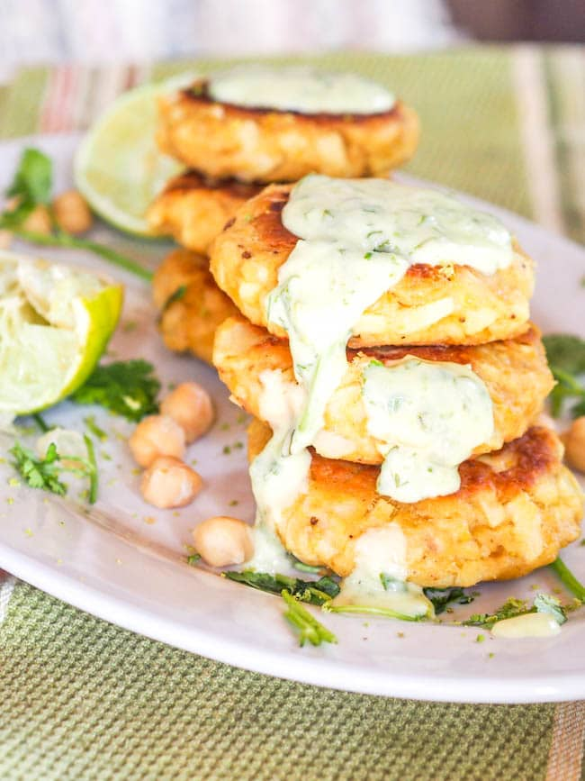 Canned salmon cakes with hearts of palm and chickpeas